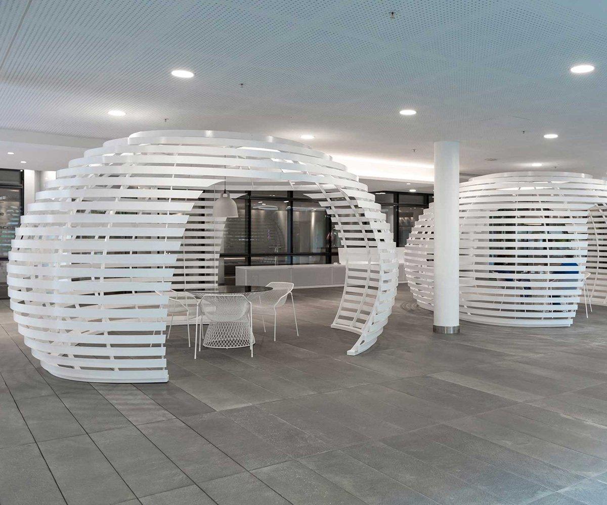 Atrium design en métal, décoration intérieur tôle blanche