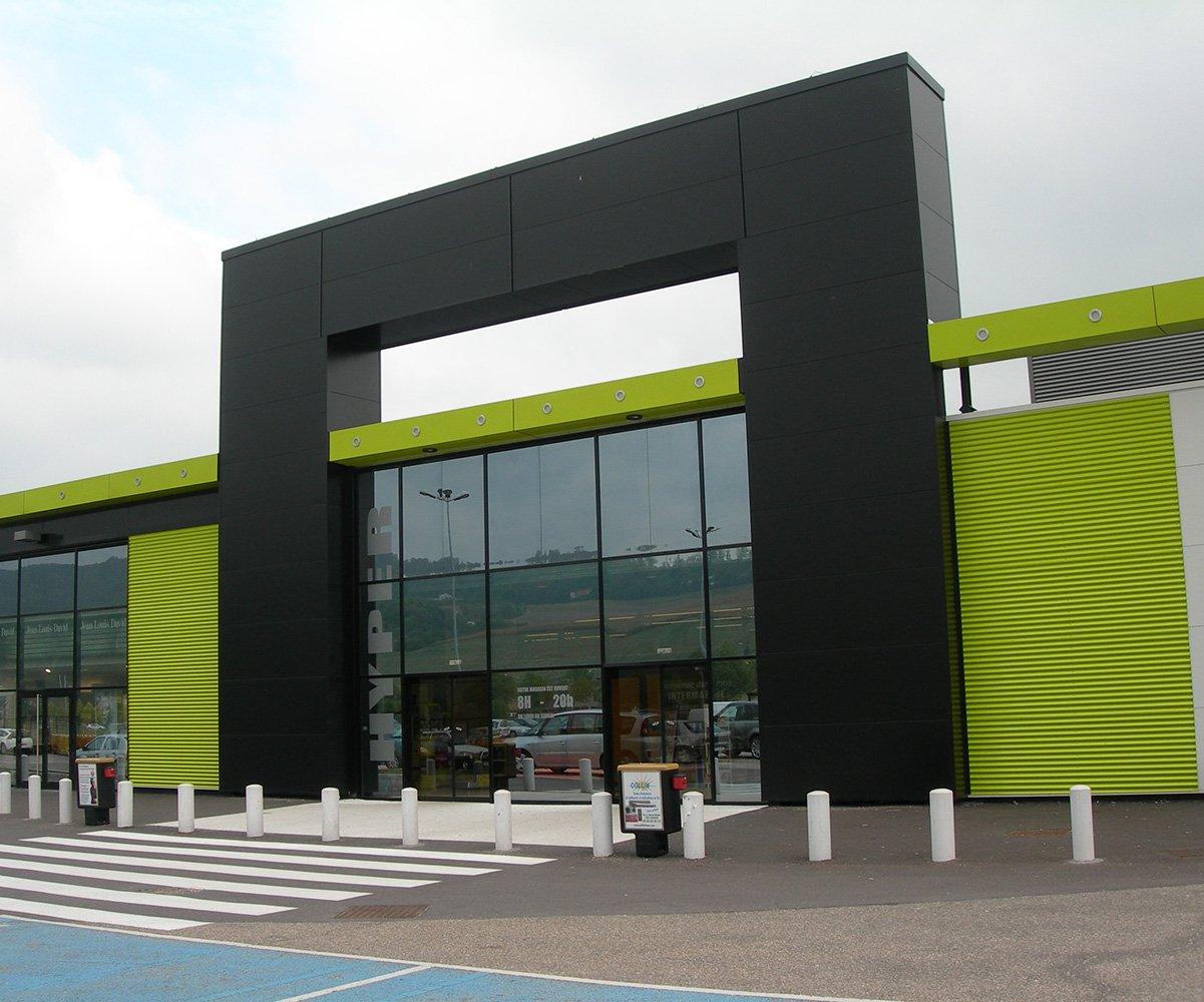bardage de façade en métal pour bâtiment commercial