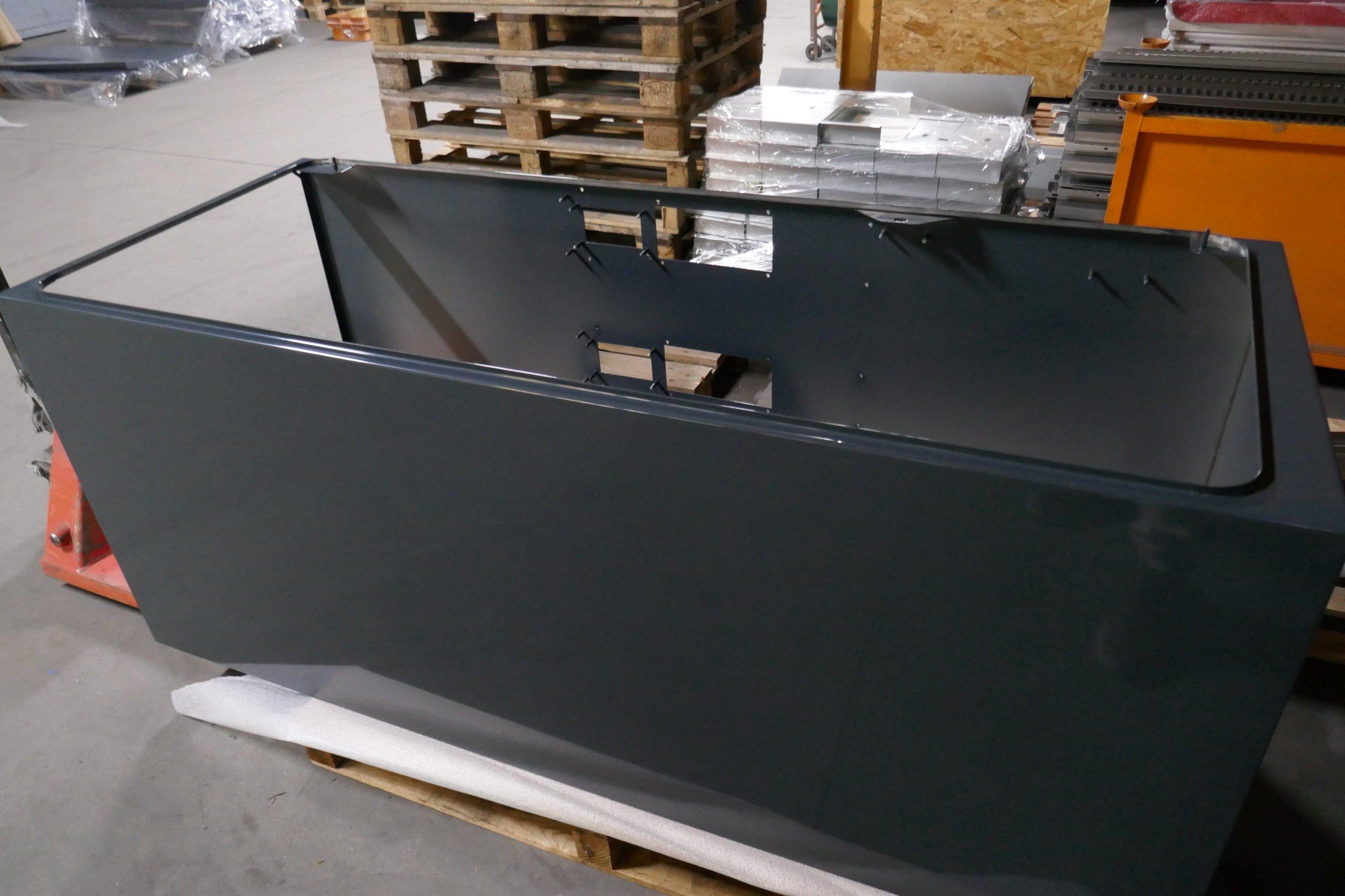 Cabine en métal peinte en noir par procédé de thermolaquage