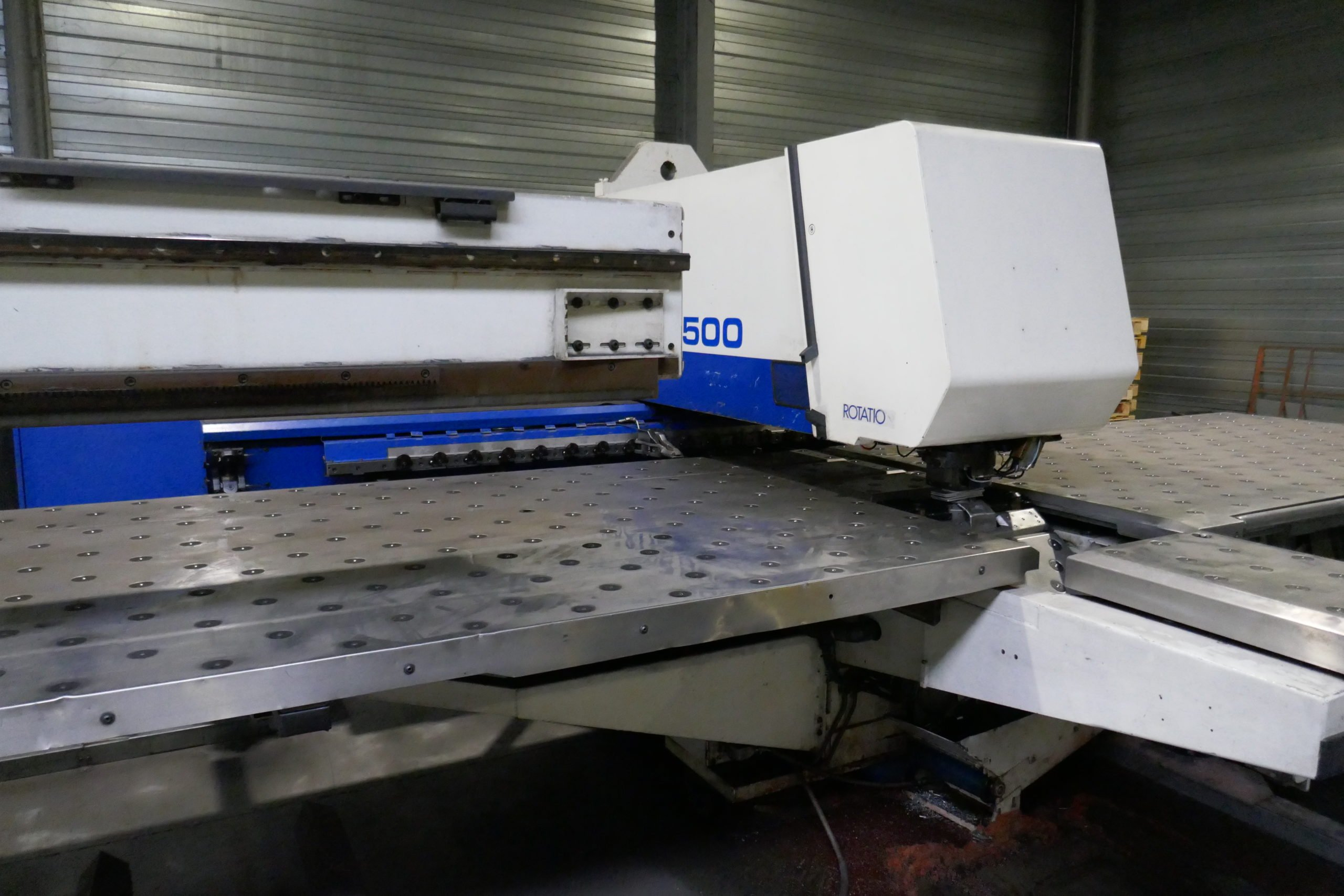 Photo machine de Poinçonnage industriel de tôles fines dans l'atelier Flashmeatl