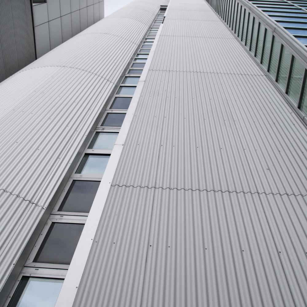 Façade métallique d'immeuble en cassettes aluminium